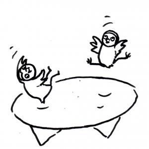 zwei Eulenkinder auf einem Trampolin