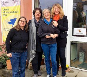 Foto vor den Räumen bei Abentuer Lernen mit den beiden Projektleiterinnen von Gemeinsam leben gemeinsam lernen e.V. und den beiden Projektleiterinnen von Abenteuer Lernen e.V.